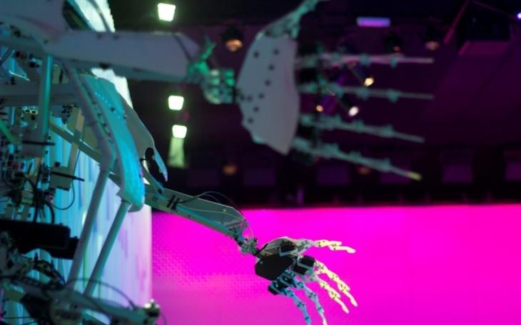 VIDEO: ,,Bytelný&quote; karbonový exoskeleton zabraňuje pádu a pomáhá udržet rovnováhu