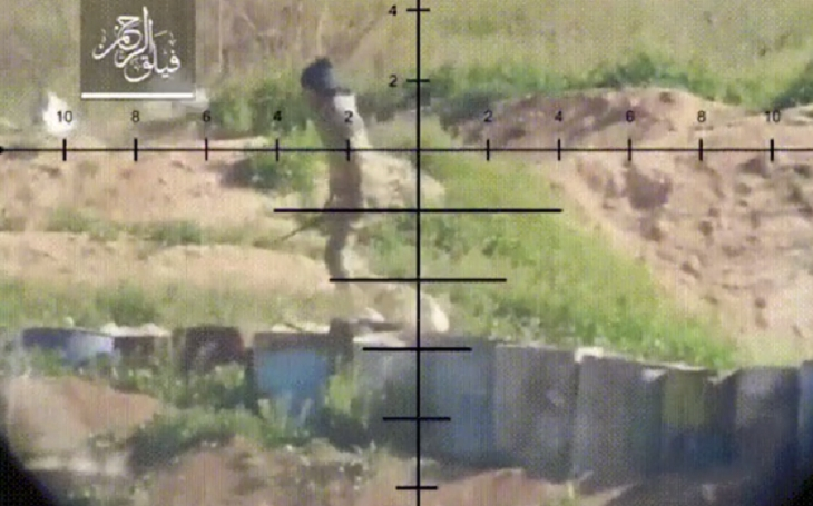Video: Dva muži jdou nebezpečnou oblastí, sniper si vybírá toho línějšího