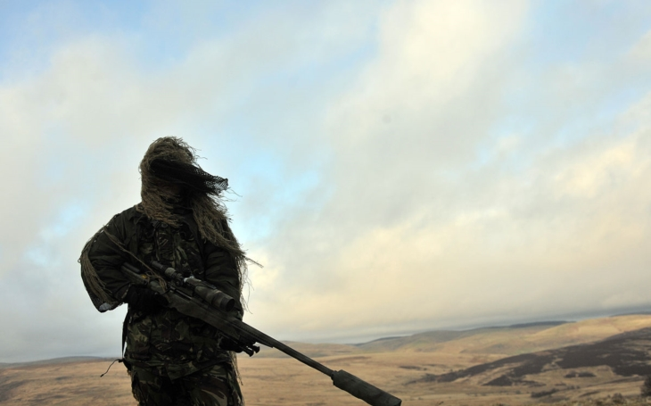 Britský ostreľovač zastrelil džihádistu na vzdialenosť 2,5 kilometra !