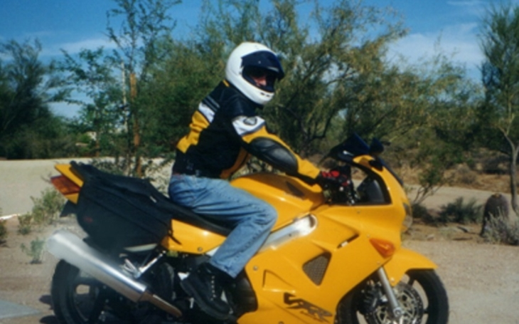VIDEO: Motorkář kaskadérem. Po srážce s autem ,,přistál&quote; na jeho kapotě