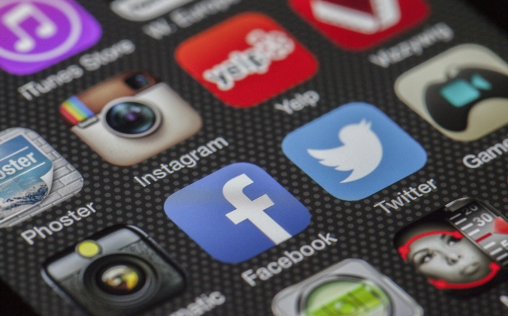 Studie: Falešné zprávy se na twitteru šíří rychleji než pravdivé