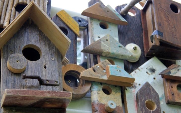 Jak řešit nedostatek bytů? Švédští architekti vymysleli ,,ptačí budky&quote; připevněné na skále