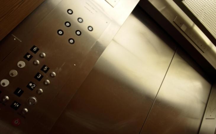 VIDEO: Za 40 sekund do 95. patra. Firma Hitachi vyvinula nejrychlejší výtah na světě