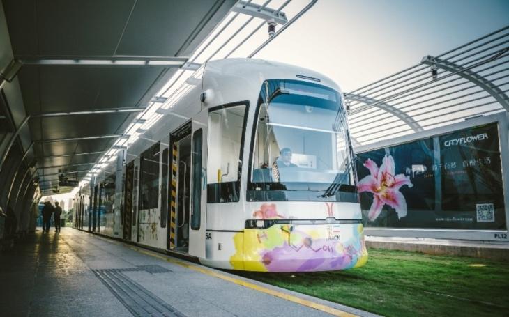 VIDEO: V Číně začala jezdit ,,bezkolejná&quote; elektrická tramvaj