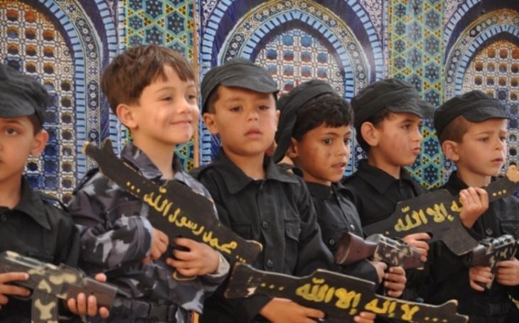 VIDEO: To není vojenská přehlídka. Děti v mateřské školce  v Gaze se učí ,,správně&quote; zabíjet