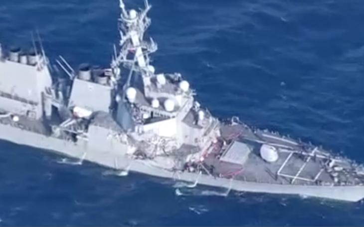 Video: Americký torpédoborec se v Pacifiku srazil s kontejnerovou lodí
