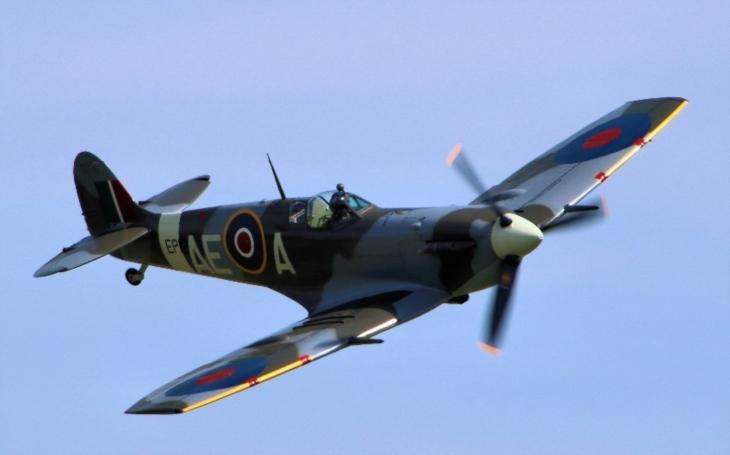 VIDEO: Bývalý elitní pilot Luftwaffe si splnil sen. Proletěl se ,,nepřátelským&quote; Spitfirem