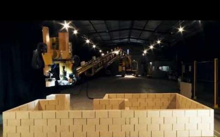 VIDEO: Sází 1000 cihel za hodinu. Robot připevněný na stavebním ramenu postaví dům za dva dny