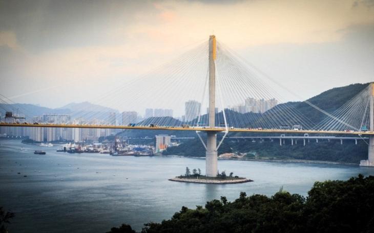 Čína finišuje stavbu nejdelšího mostu přes moře za 356 miliard korun