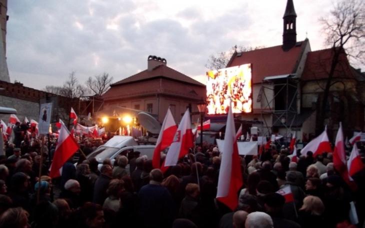 Tisíce Poláků protestovaly proti podřízení soudů vládní straně.  ,,Pryč s kačerem-diktátorem,&quote; volal dav