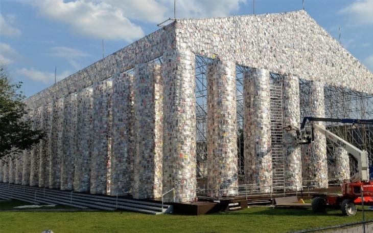 VIDEO: K čemu použít 100 000 knih? Ke stavbě repliky antického Parthenónu na místě, kde je nacisté pálili