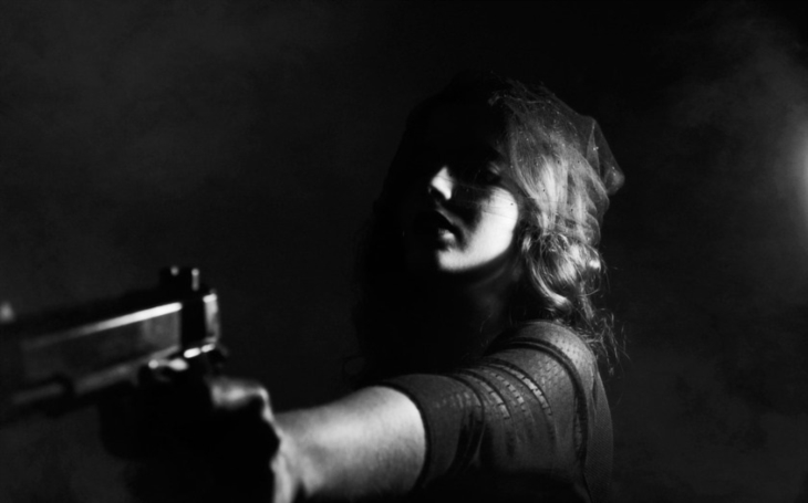 Žena při přepadení obchodu použila nutnou obranu. Nedopustila se ničeho protiprávního, konstatovala policie