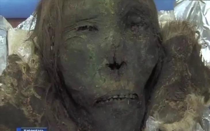 VIDEO: Má zachovalé řasy, vlasy i zuby. Sibiřský led vydal ,,polární princeznu&quote;