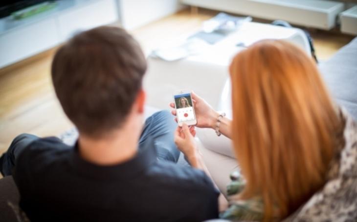 Nová služba pro mobilní telefony 2N® Mobile Video vám ukáže, kdo je u vašich dveří, ať jste kdekoliv. Stačí jen připojení k internetu