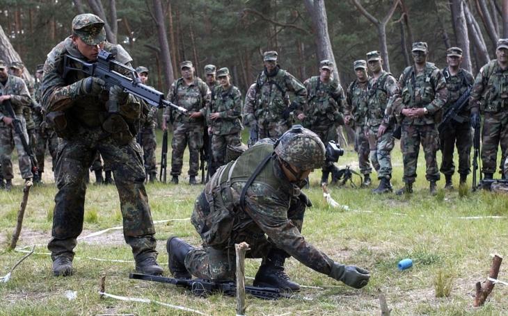 Elitnú jednotku nemeckej armády vyšetrujú kvôli nacistickým pozdravom na rozlúčkovom večierku
