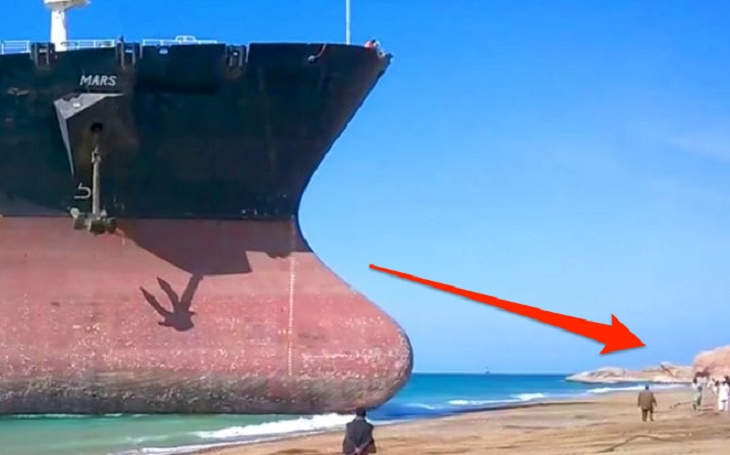 Video: Gigantická loď naráží v plné rychlosti na břeh