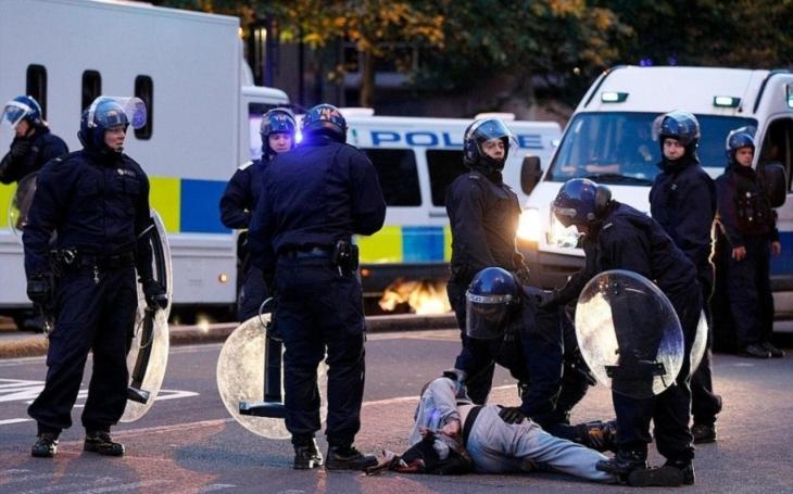 Britská policie zadržela kvůli útoku v metru druhého muže