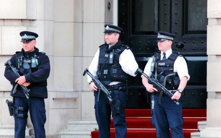 Britská policie zadržela kvůli útoku v metru třetího podezřelého