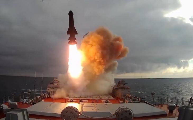 Video: Jaderné monstrum křižník Petr Veliký odpaluje raketu Granit