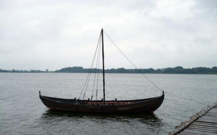 Archeologové zřejmě našli ,,hrob&quote; vikingské lodě