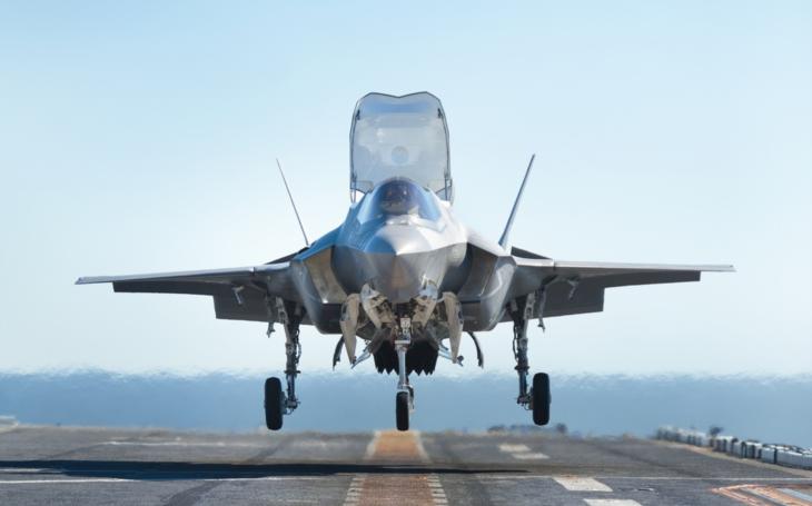 Video: F-35B vs. AV-8B Harrier II. Vzlety a přistání na letadlové lodi