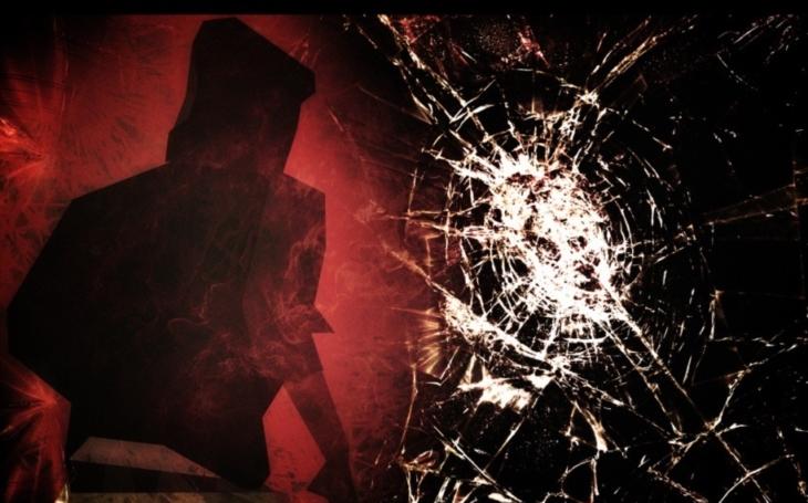 Scéna jako z hororu: Muž mlátí do výlohy jako smyslu zbavený a pak to přijde...