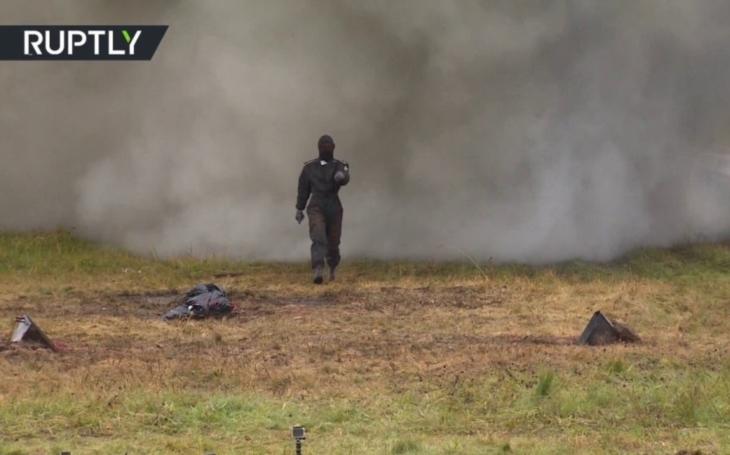VIDEO: Jak přežít několik výbuchů v poli jdoucích po sobě? Ruská ,,superžena&quote; to dokázala