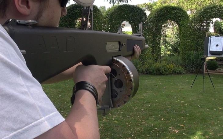 VIDEO: Když strach nahání pouze střelba. Smrtící americká brokovnice AA-12