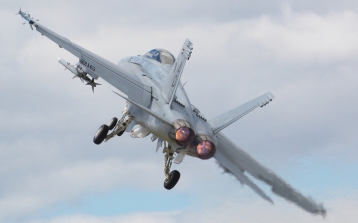 Nemáme dostatek Super Hornetů, situace je vážná, varuje vysoce postavený americký viceadmirál