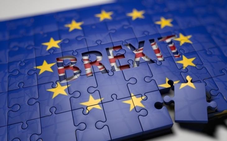Mayová chce mít v zákonu termín odchodu z EU: 29.3.2019 23:00 GMT