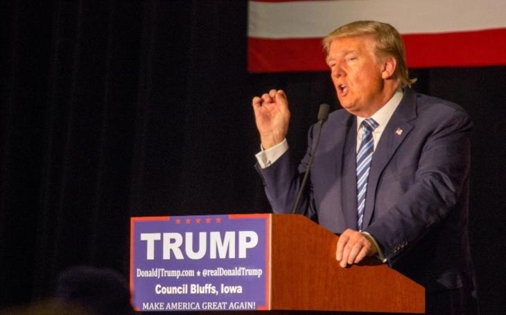 Trump řekl, že věří tajným službám USA, v sobotu věřil Putinovi