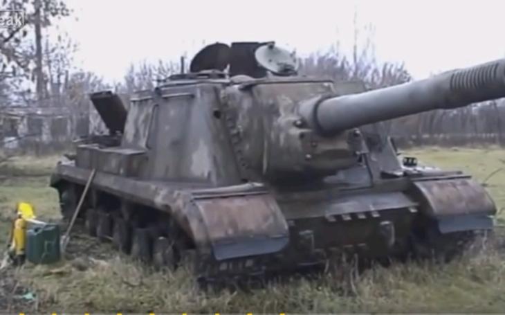 VIDEO: Rusové vytáhli z bahna obávaný stroj z druhé světové války. Po 65 letech stále fungoval