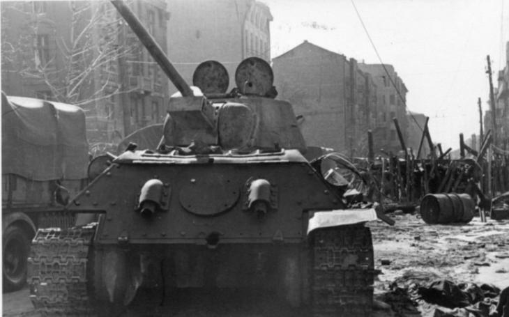 Pořídila si tank, aby pomstila manželovu smrt. Sovětská vojačka pak vyrazila ,,kosit&quote; nacisty