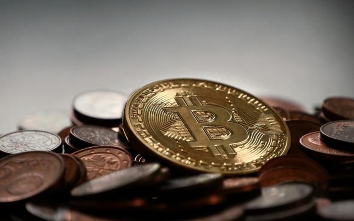 Bitcoin v pátek ztratil 30 %, zažil nejhorší týden od roku 2013