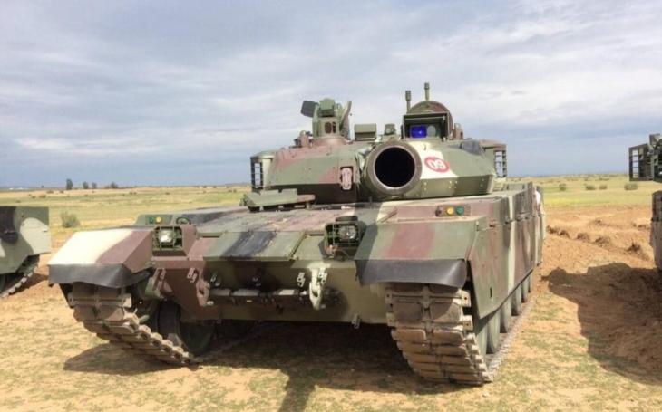 Čínsky tank VT4 dorazil do Pakistanu na skúšobné testy