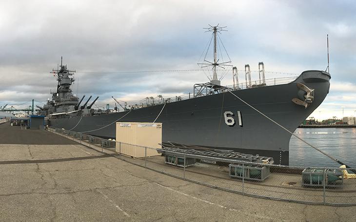 Když se USS Iowa měla stát hybridní bitevní lodí s letouny Harrier