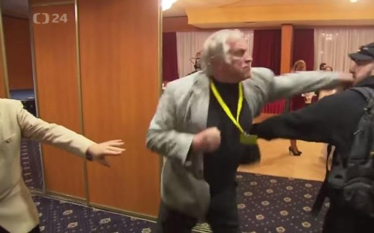 Novinářské ,,hyeny&quote; vs. rozzuření Zemanovci. Kdo by se měl omluvit za incident při prezidentské volbě?