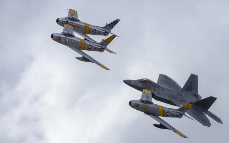 Americké legendy F-22, F-16, P-51, P-38 a F-86 v akci