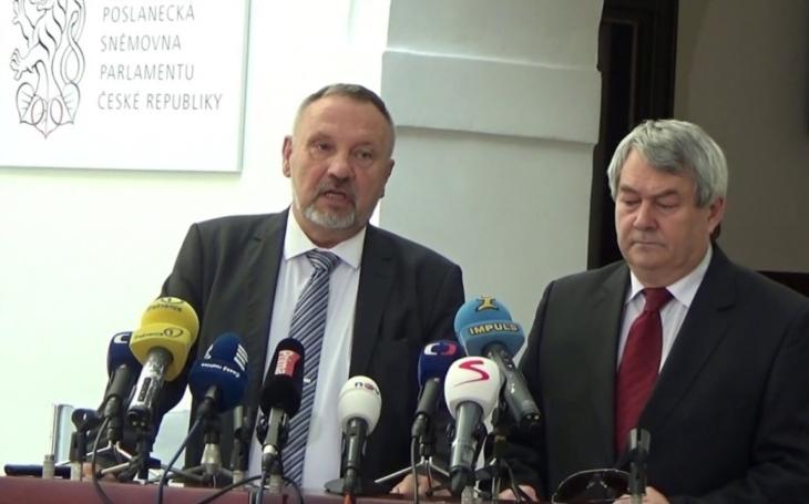 Předseda KSČM se postavil do přední řady přepisovatelů historie