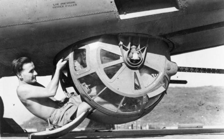 Střelec bombardéru B-17 přežil pád bez padáku z výšky 6 600 metrů