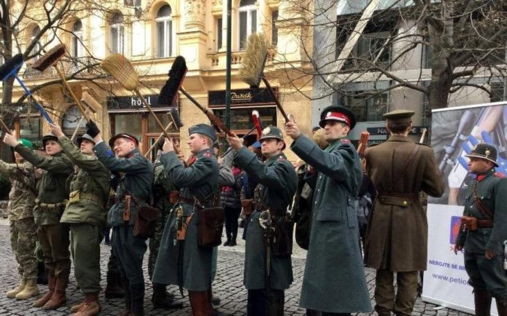 Četníci vystoupili na happeningu proti směrnici EU o regulaci zbraní. Odpor českých občanů proti odzbrojení pokračuje