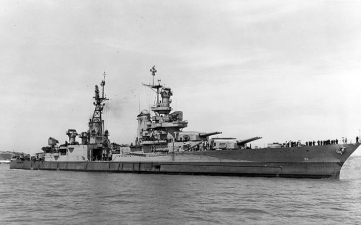 Dehydratace, vyčerpání, zima a hladoví žraloci. Posádka potopeného křižníku USS Indianopolis si ke konci války zažila peklo