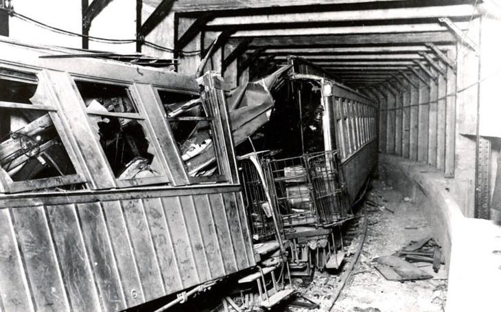 Při nejhorší nehodě v historii newyorského metra zemřelo skoro 100 lidí