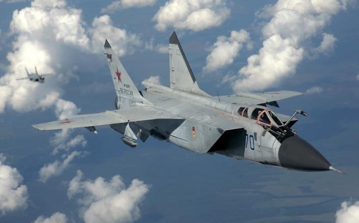 (VIDEO) MiG-31 počas nočného prečerpávania paliva vo výške 7 000 metrov
