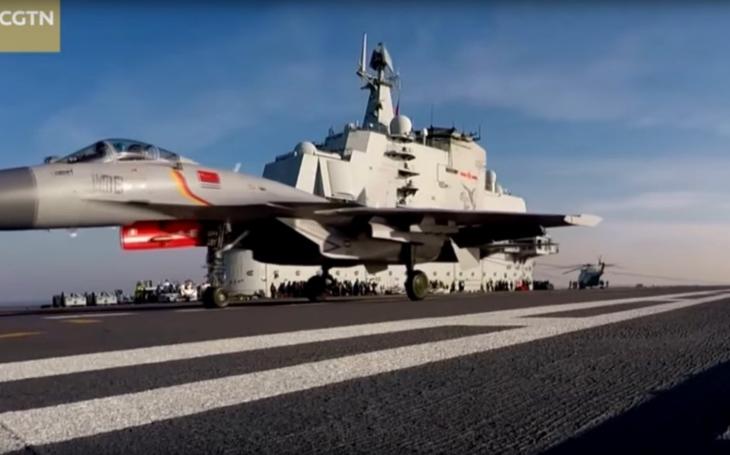 Video: Liaoning a dalších 50 čínských válečných lodí ukazuje svaly v Jihočínském moři