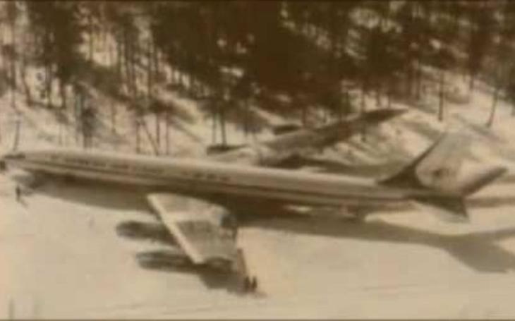 V obklíčení Sovětů - jak korejský letoun přežil před 41 lety zásah raket a nouzově přistál na zamrzlém jezeře