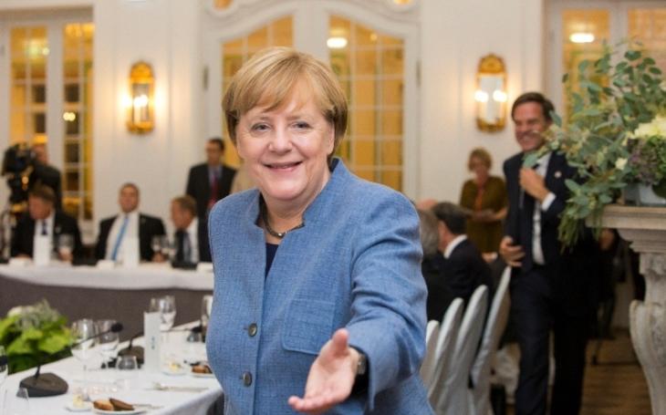 Merkelová: Solidarita v eurozóně by neměla vést k dluhové unii