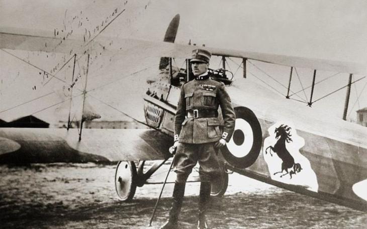 Francesco Baracca byl nejúspěšnější italský pilot první světové války. Automobilka Ferrari si od něho ,,vypůjčila&quote; koně do svého znaku