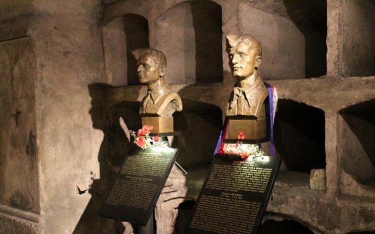 Padlým československým parašutistům byly slavnostně odhaleny mosazné pamětní destičky