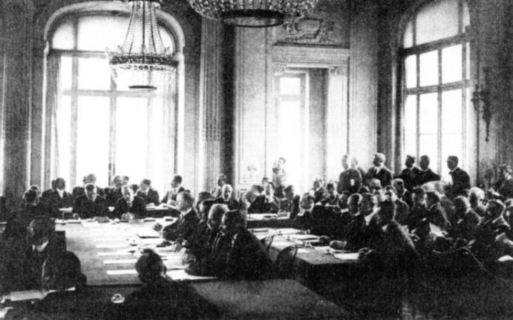 Mezi ,,viníky&quote; druhé světové války patřila Versailleská smlouva. Pomohla Hitlerovi k moci